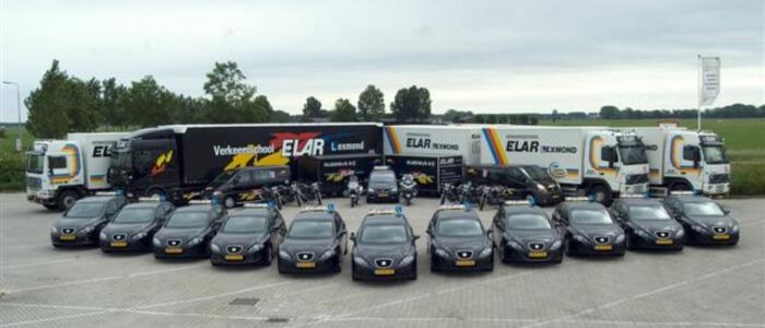 alle voertuigen van verkeerschool elar lexmond op een rij
